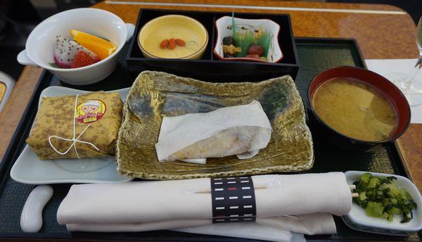 JAL903ファーストクラス機内食(包装開封前)画像