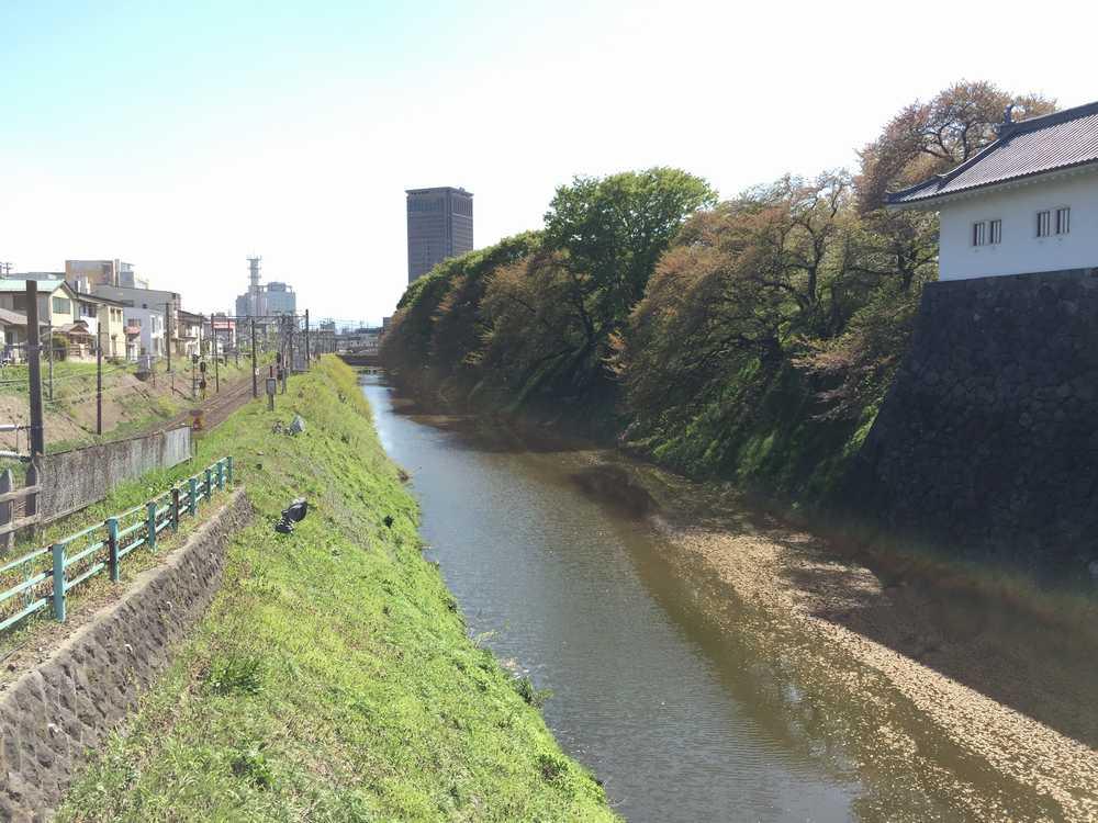 山形城のお濠にかかる橋からの眺め画像