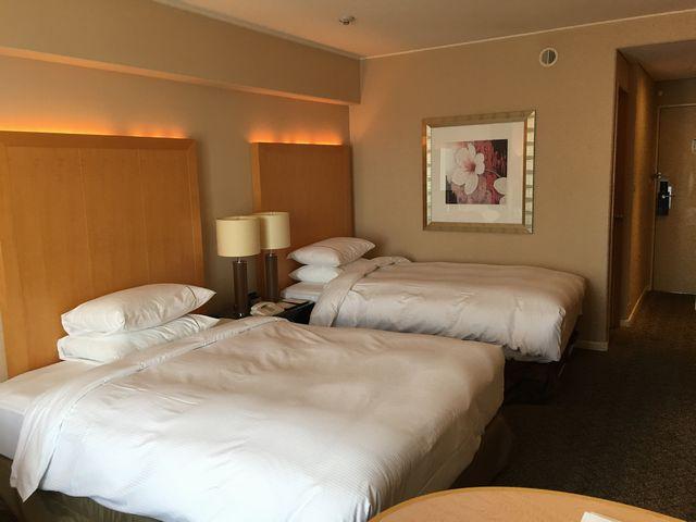 シェラトン都ホテル大阪のツインルーム(ベッド側)