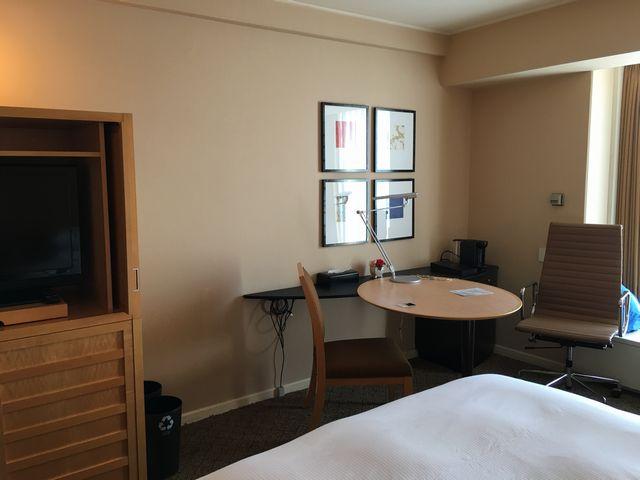 シェラトン都ホテル大阪のツインルーム(デスク側)