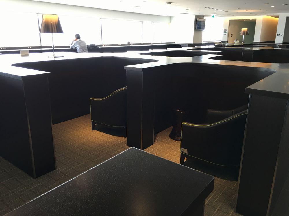 羽田空港のサクララウンジのプライベート性の高い席
