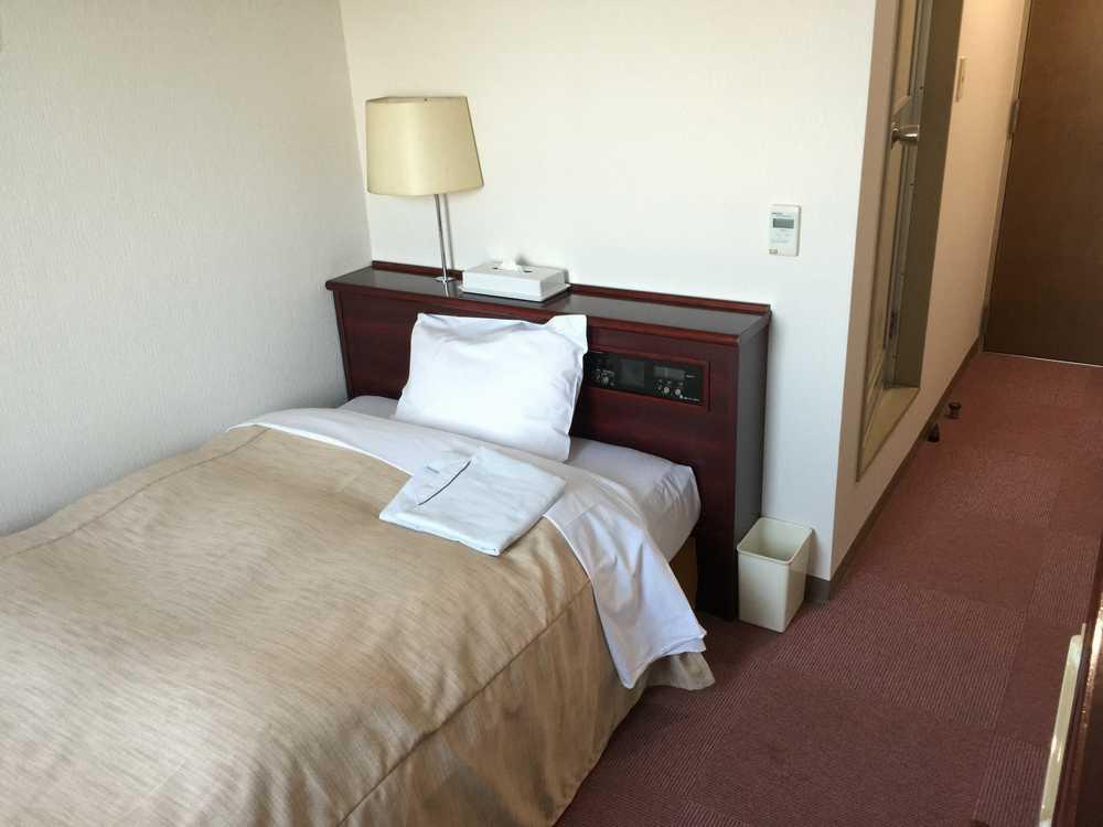 天童シティホテル部屋ベッド側側画像